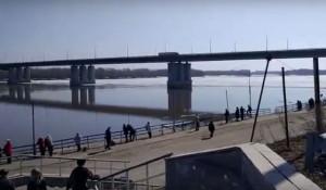 В Барнауле у речного вокзала оторвало льдину на Оби. 10 апреля 2017 года.