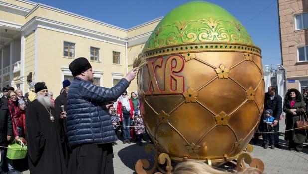 Освящение символа Пасхи в Барнауле