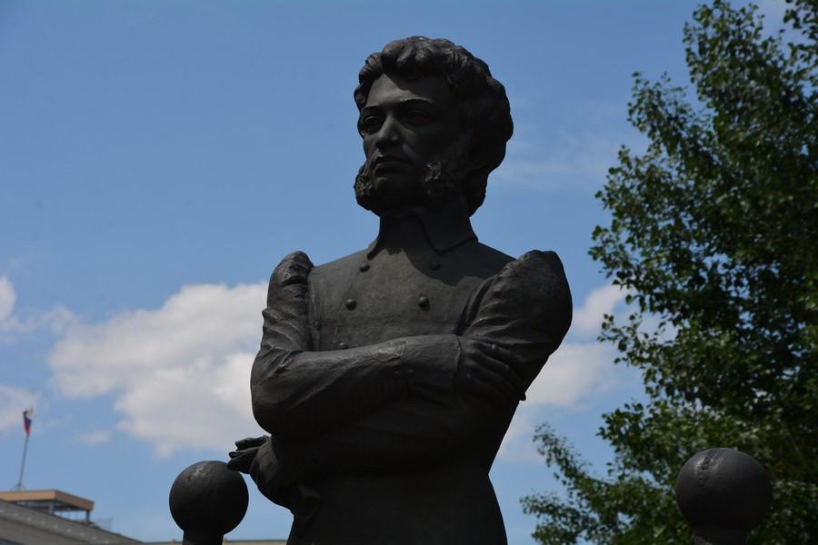 Памятник на ул. Пушкина.