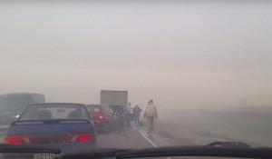 Из-за смога на трассе Барнаул-Рубцовск под Калманкой бьются машины. 27 апреля 2017 года.
