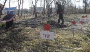 Алтайские осужденны провели уборку памятников и мемориалов.