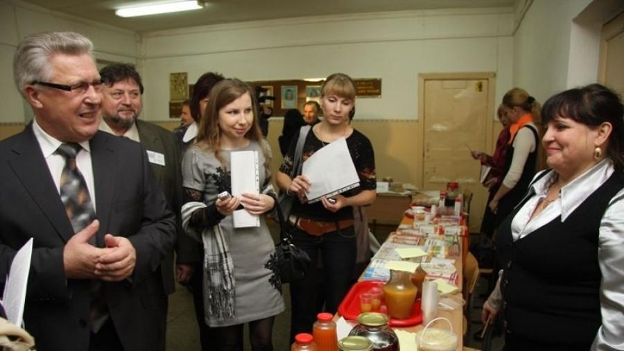 Юрий Денисов проверяет качество школьного питания.
