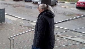 Татьяна Денисова выходит из здания суда.