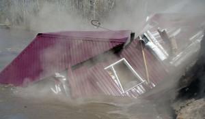 В Курье жилой дом рухнул в воду