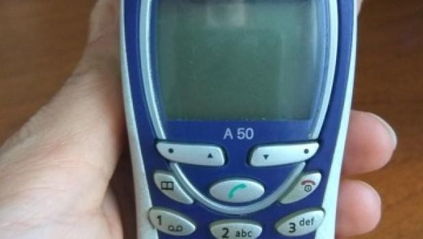Мобильный телефон Siemens A50 (начало 2000-х).