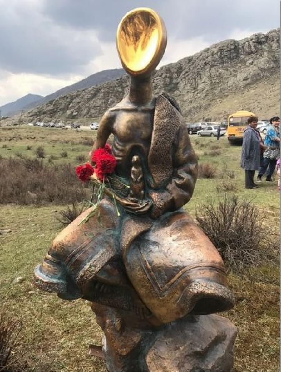 В Горном Алтае установили памятник суслику и детям войны.