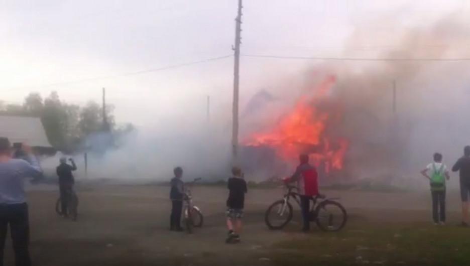 В барнаульском послеке Новосиликатном горел частный дом. 6 мая 2017 года.