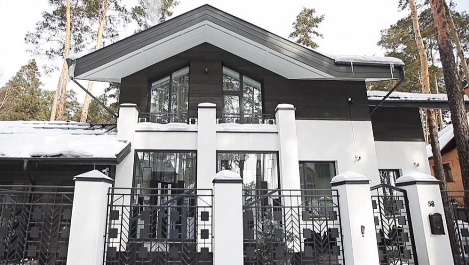 В Барнауле продают коттедж с хамамом и кинозалом.