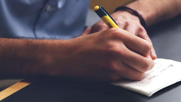 Мужчина пишет, ручка.