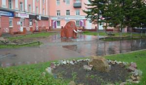 Скульптура мамонтенка в Барнауле.