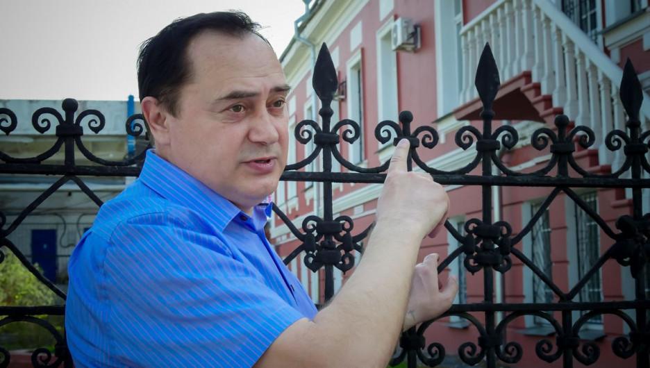 Барнаульский писатель Владимир Токмаков (пр. Ленина, 18).