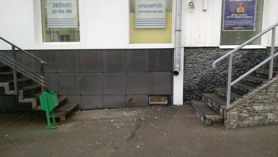 На проспекте Ленина с дома № 157 обрушилась штукатурка.