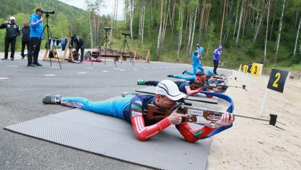 Члены сборной России по биатлону тренируются в Белокурихе на новой лыжероллерной трассе. 17 мая 2017 года.