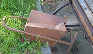 В Барнауле неизвестные испортили скамейки на Потоке