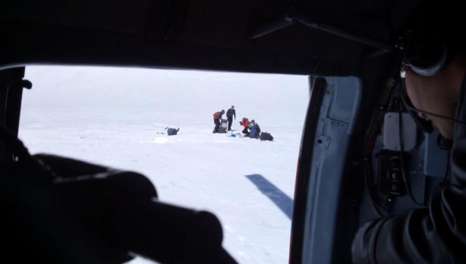 """Алтайские спасатели эвакуировали с ледника туриста из-за приступа """"горной болезни"""". 4 июня 2017 года."""