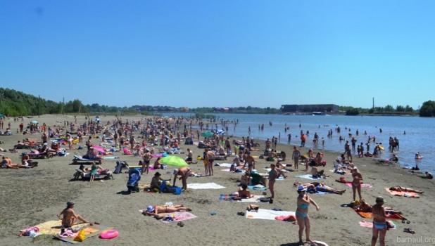 Купальный сезон на городском пляже в Барнауле.