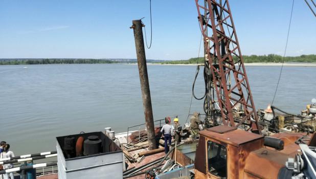 Баржа геологов на месте будущего моста через Обь
