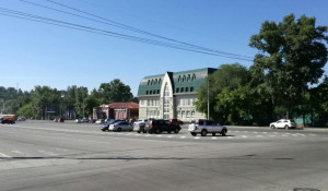 Барнаульцы оставляют машины в центре площади Свободы