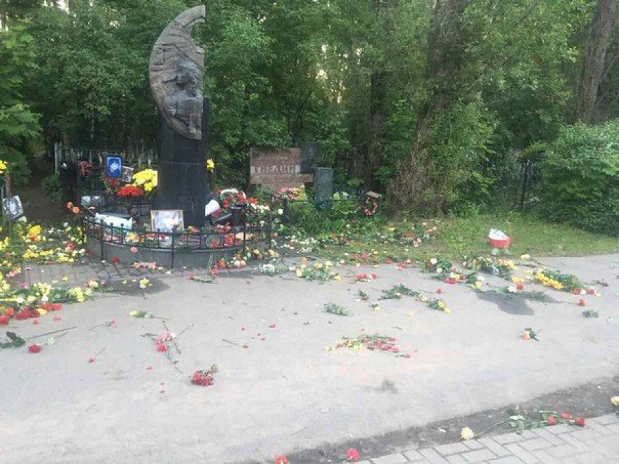 Вандалы разгромили могилу Виктора Цоя.