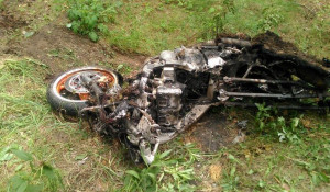 Сожженный мотоцикл.