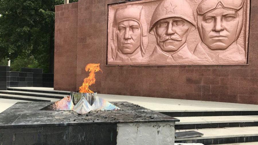 На Урале пьяные школьницы разгромили мемориал.