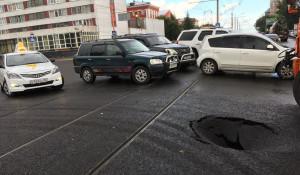 На перекрестке в центре Барнаула провалился свежий асфальт.