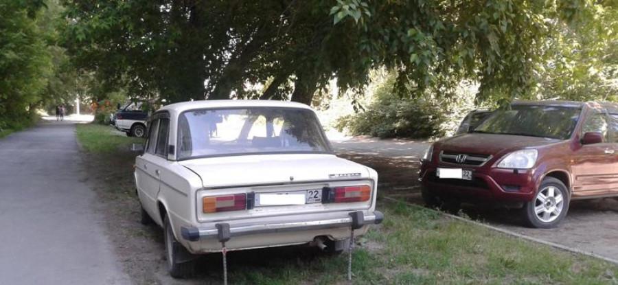 Как паркуются в Индустриальном районе Барнаула. Июль 2017 года.