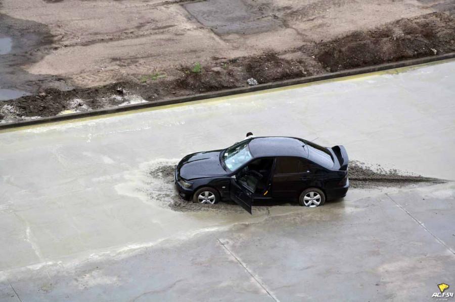 В Новосибирске Lexus въехал в недавно уложенный бетон и застрял.