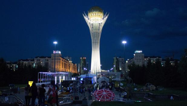 Площадь перед Байтереком. Астана