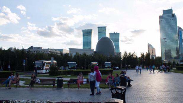 Площадь перед Байтереком. Нур-Султан.