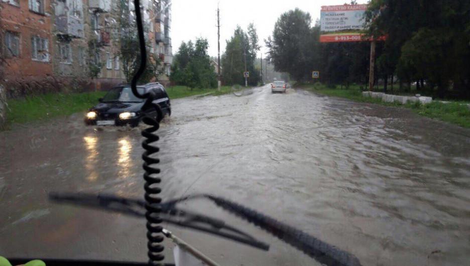 Дождь затопил дворы и улицы Искитима. 18 июля 2017 года.