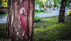 Картина на дереве в Томске.