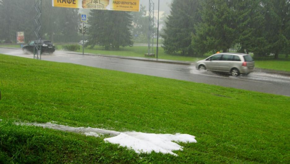 В Белокурихе прошел ливень и выпал град. 18 июля 2017 года.