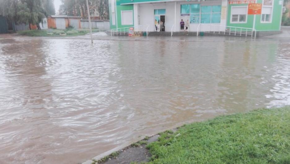 Сильный ливень затопил улицы Бердска. 19 июля 2017 года.