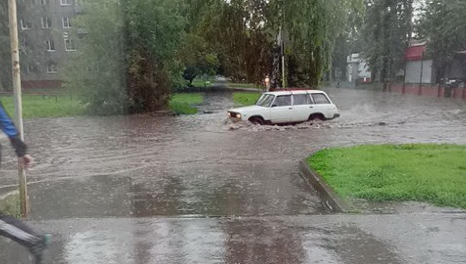 В Барнауле после дождя затопило улицы. 19 июля 2017 года.