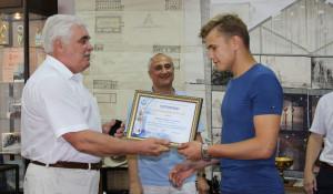 Вручение сертификата Юрию Андронову.