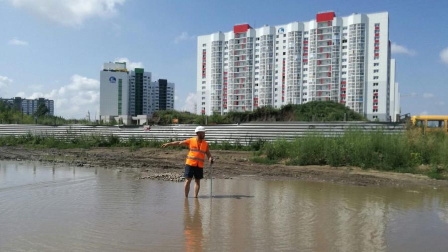 Инспекция ОНФ замеряет глубину луж в новостройках Барнаула