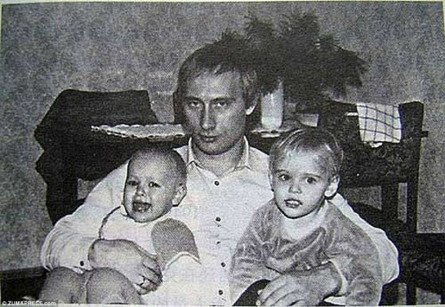 Путин с дочерьми.
