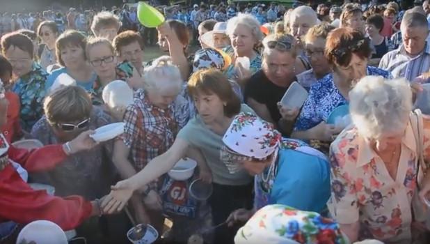 Давка в Ижевске из-за бесплатной каши.