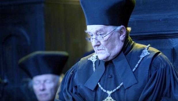 Роберт Харди в роли Корнелиуса Фаджа.