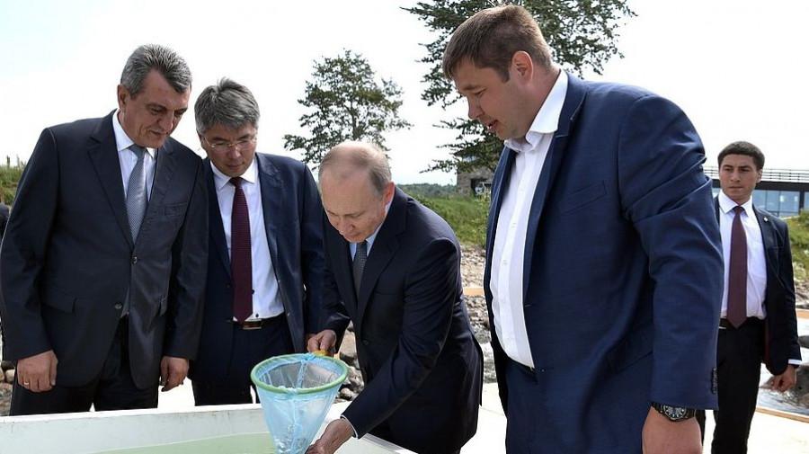 Владимир Путин выпустил в Байкал мальков омуля.