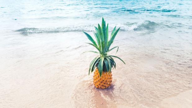 Пляж. Ананас. Море.