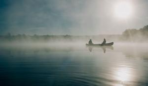 Рыбаки. Озеро в тумане.