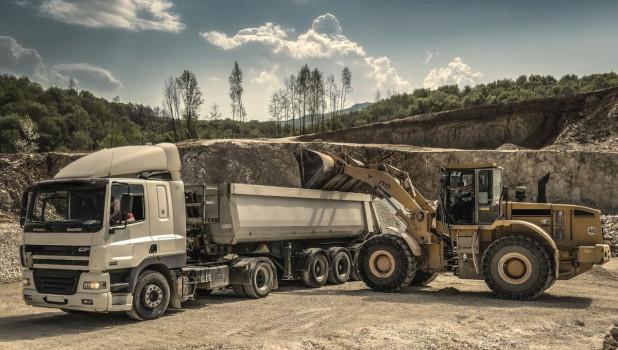 Промышленность. Трактор и грузовик.