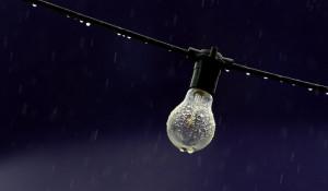 Лампочка. Дождь.