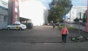 Пешеходная дорожка возле первой стоматологической поликлиники. Барнаул, 8 августа 2017 года.