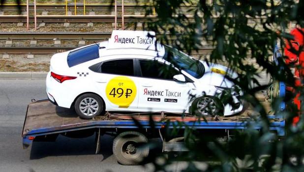 Эвакуатор везет Яндекс.Такси