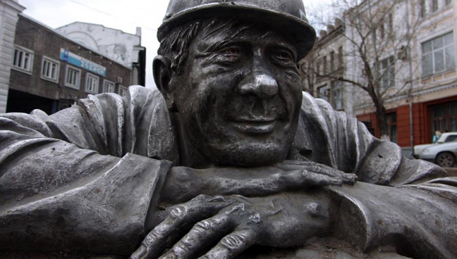 Памятник слесарю в Омске.