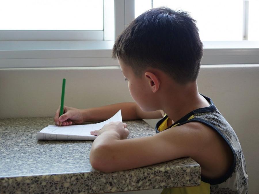 Ребенок пишет.