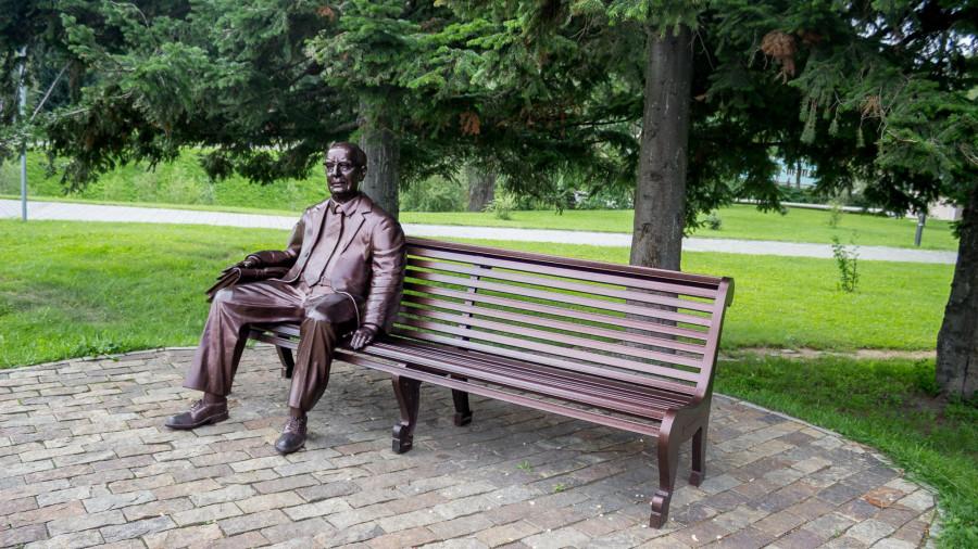 Памятник Е.Ф. Славскому в Белокурихе.